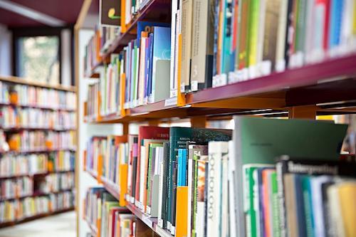 Kirjahylly Lumme-kirjastoissa.